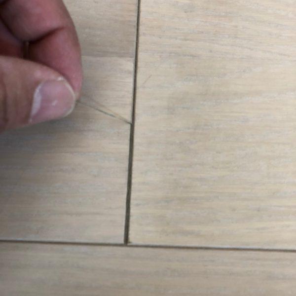 床のつなぎ目に入れたコーキングは縮むみたいですよ